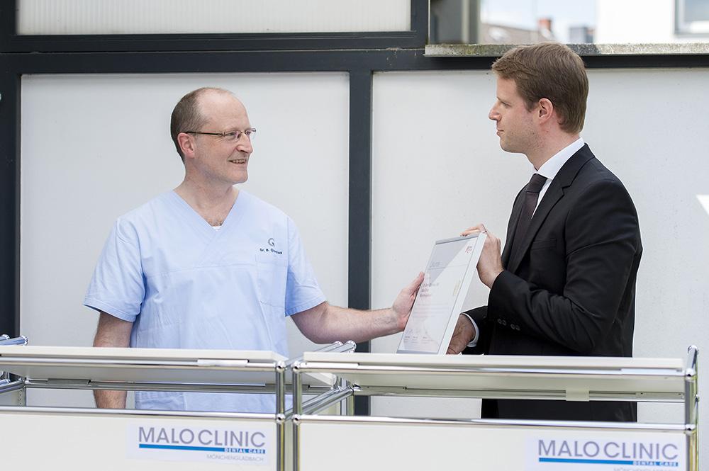 Christian Berbalk, Regional Director D-A-CH bei Nobel Biocare, gratulierte Dr. Bernd Quantius zur Ernennung seiner Praxis zum All-on-4® Kompetenzzentrum.