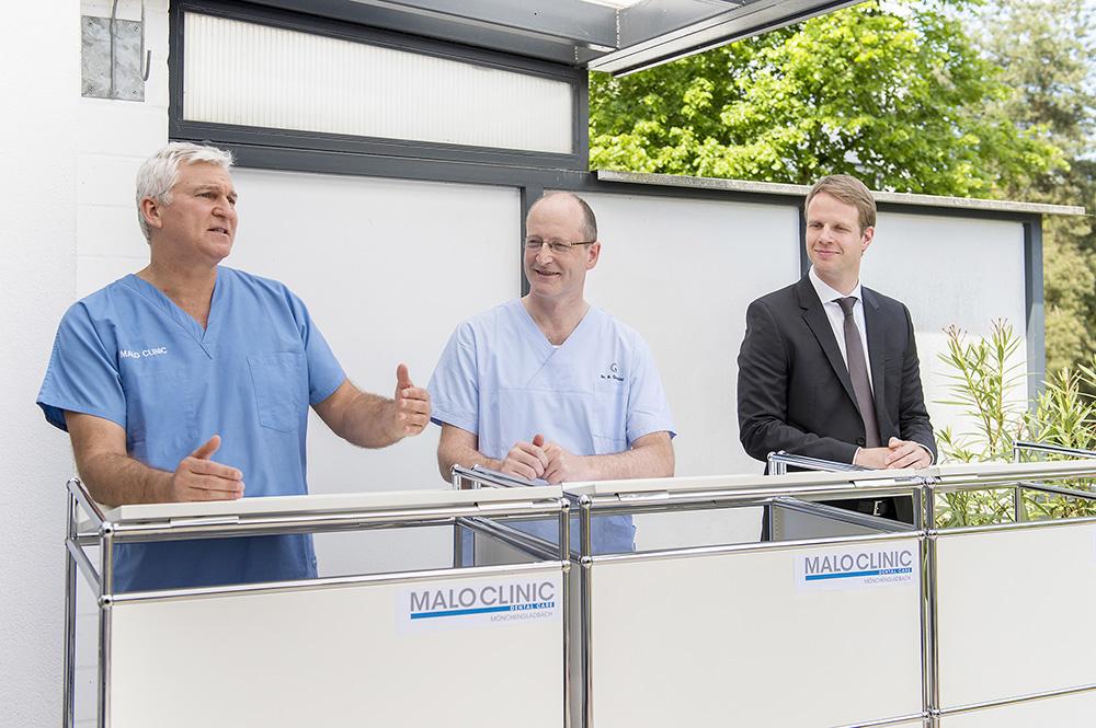 Zahnersatz leicht gemacht: Implantologie-Vordenker Paolo Malo (links) erklärte mit viel Esprit die Vorteile der All-on-4®-Technik.