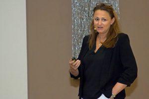 """""""Ich bin guided besser"""": Dr. Annette Felderhoff-Fischer operiert seit über zwölf Jahren computergestützt mit NobelGuide bzw. NobelClinician. Sie teilte ihre beeindruckenden Erfahrungen und zeigte den mannigfaltigen Mehrwert der Guided Surgery."""