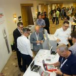 Gut gelaunte Teilnehmer informieren sich über die neuesten Produktneuheiten von Nobel Biocare.
