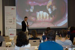 """Dr. Christian J. Mehl lieferte mit Co-Präsentator Dr. Sönke Harder eine Schritt-für-Schritt Anleitung für die Umsetzung des Konzeptes """"Feste Zähne an einem Tag""""."""